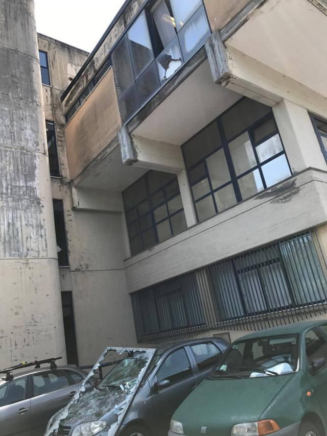 Policlinico distacco finestra basculante le for Finestra basculante